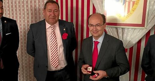 Castro recibió la insignia de manos del presidente de la peña, Guillermo Jiménez de Roque.