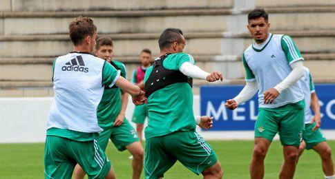 Imagen del entrenamiento de hoy del Betis en la Ciudad Deportiva Luis del Sol.