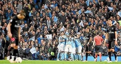 Los jugadores del City celebra el gol de De Bruyne.