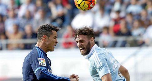 Sergi Gómez, en un salto con Cristiano.