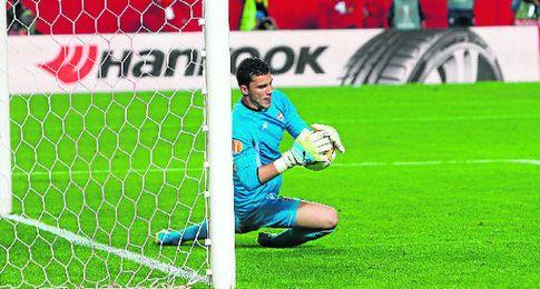 David Soria, parando el penalti a Beñat.