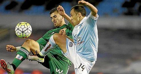 Dani Ceballos y Orellana pugnan por un balón dividido.