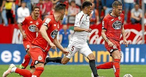 Kolo, en un lance del Sevilla-Deportivo.