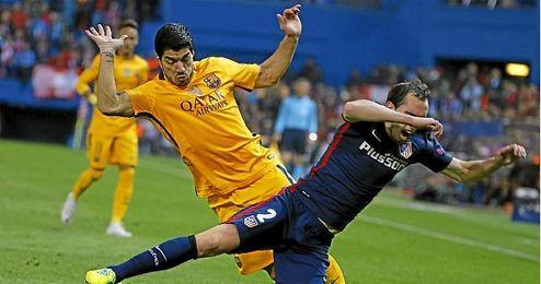 Godín y Suárez durante una acción