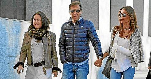 Paco González, junto a su esposa y su hija, a su llegada a los juzgados.