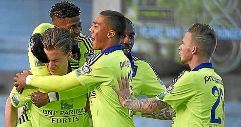 Praet celebra un gol con sus compañeros en el partido ante el Zulte Waregem.
