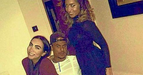 Agbonlahor, junto a dos chicas, de fiesta.