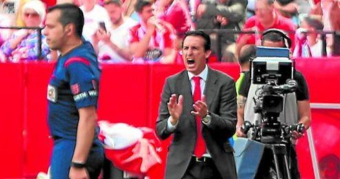Emery da instrucciones a los suyos en el partido contra el Depor, en el que el Sevilla se dejó empatar.