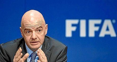 """""""Los equipos deberán adaptar sus calendarios al Mundial. Repito, la decisión está tomada"""", agregó."""