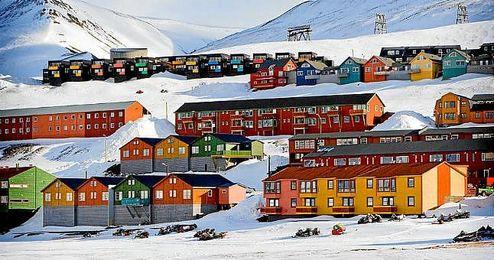 Longyearbyen tiene 2.240 habitantes, 40 nacionalidades y un gigantesco valor estrat�gico.