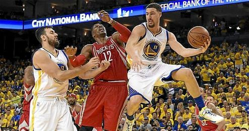 Thompson y Bogut ante Howard.