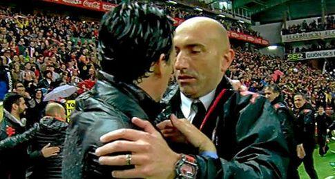 Emery y Abelardo dialogan tras el partido.