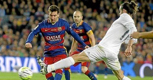 Leo Messi en una jugada con Gareth Bale.