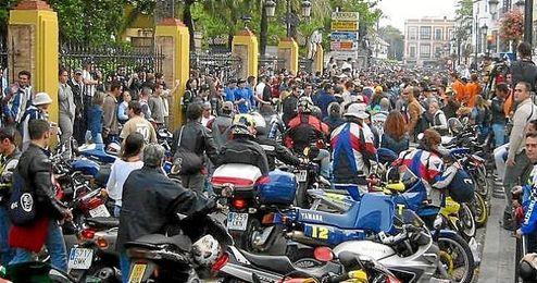 Motoristas concentrados en una de las calles de Jerez.