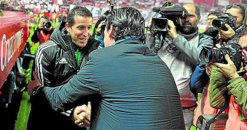 Juan Merino y Unai Emery se saludan en el derbi copero del Sánchez Pizjuán.