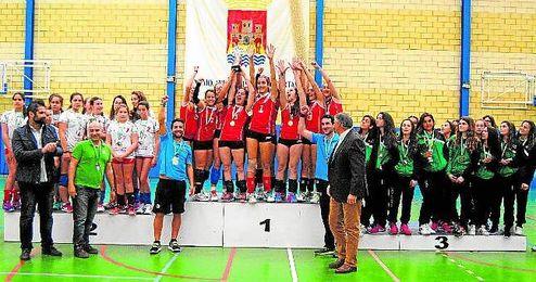 Las tomareñas, celebrando el título de campeonas andaluzas.