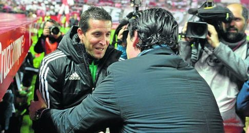 Merino y Emery, saludándose durante la vuelta del derbi de Copa.