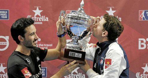 Navarro (a la derecha) besa el título conseguido en Valencia