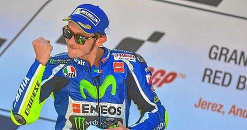 Valentino Rossi celebra en el podio de Jerez su primera victoria de la temporada.