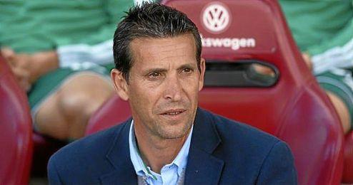 Merino, en el banquillo del Calder�n con el Betis.
