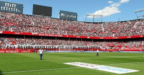 El estadio se llenó para ver el derbi y hacía muchísima calor.