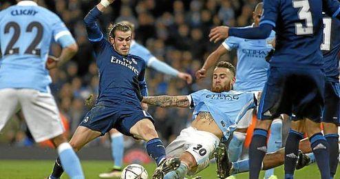 Gareth Bale y Otamendi pugnan por un balón en un lance del encuentro