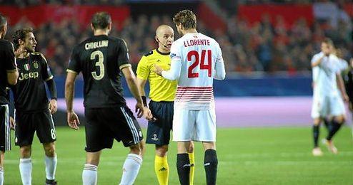 Marciniak habla con Llorente en el Sevilla-Juventus.