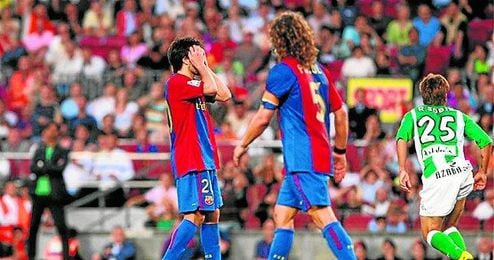 Los barcelonistas Deco y Puyol se lamentan mientras Rafael Sobis celebra el definitivo 1-1, logrado a pocos minutos del final.