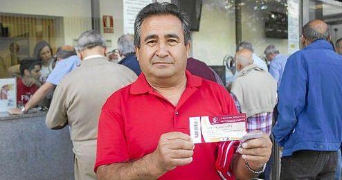 Uno de los sevillistas que ha conseguido una entrada para ir al Calderón.