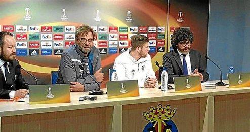 Klopp junto al espa�ol Alberto Moreno en rueda de prensa
