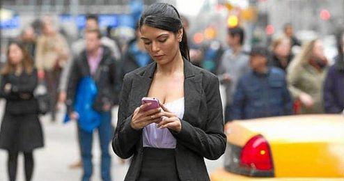 El 17 por ciento de los peatones usa el smartphone mientras camina por la calle.