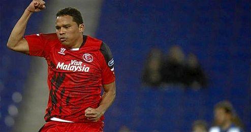 Carlos Bacca celebra su gol en el partido de la temporada pasada en Cornellá, donde el Sevilla se impuso por 1-2.