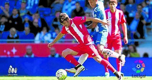 Curro trata de marcharse de Hernán Pérez durante el partido.