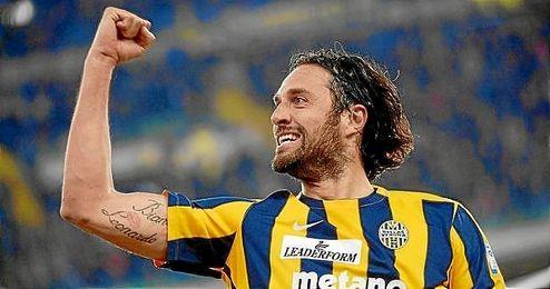 Luca Toni celebra un gol con el Hellas Verona.