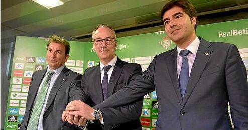 López Catalán, Miguel Torrecilla y Ángel Haro, en la presentación oficial del nuevo director deportivo.