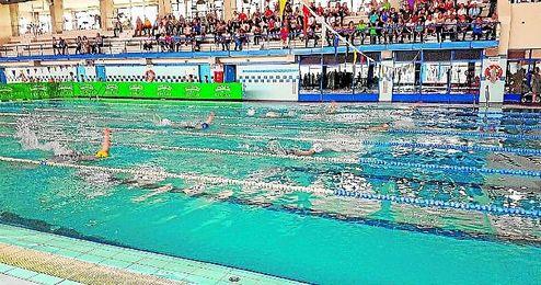 La piscina municipal de Écija fue sede de la primera jornada para el Grupo 2 del Circuito Provincial de natación de invierno.