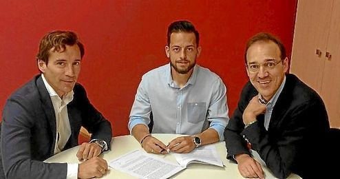 Antonio Romero, firmando su nuevo contrato.
