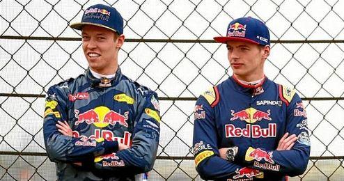 Max Verstappen (a la derecha) junto a Daniil Kvyat (a la izquierda).
