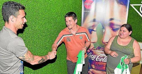 Rubén Castro, con los ganadores de ´Vive tus colores´.