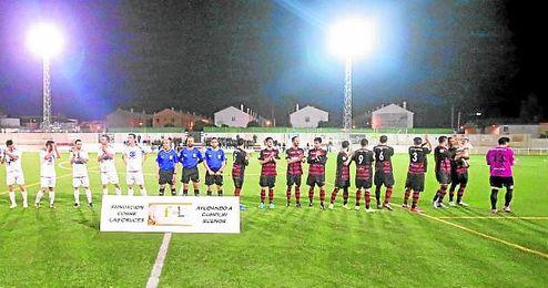 El Gerena saluda a sus aficionados momentos antes de iniciar su encuentro de esta Liga ante el Castilleja.