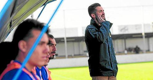 José Julio Monsalves, entrenador del Pilas, dirigiéndose a sus jugadores en un partido.