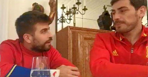 Piqué junto a Iker Casillas emitiendo uno de sus famosos vídeos en Periscope.