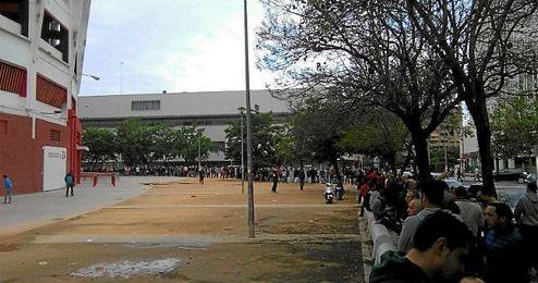 Imagen de la larga cola de aficionados sevillistas en el Sánchez Pizjuán.
