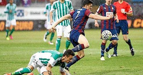 Rubén Castro pelea por un balón.