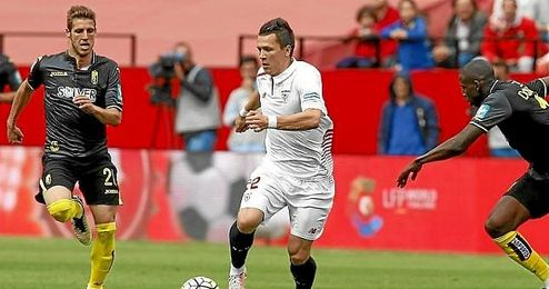 Konoplyanka conduce la pelota ante el Granada.