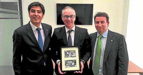 Ángel Haro y José Miguel López Catalán flanquea a Miguel Torrecilla el día de su presentación.