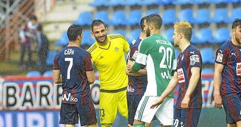 Adán saludando a los jugadores del Eibar tras el partido.