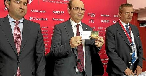 José Castro muestra una de las entradas para la final de Basilea.