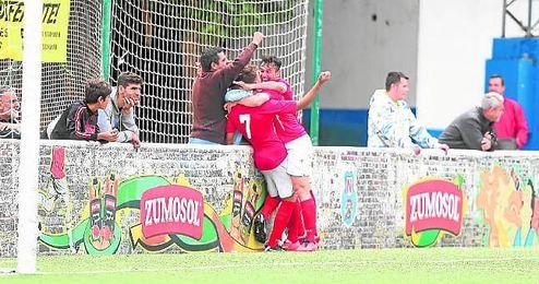 Plusco celebra con sus compañeros el tercer tanto del San José.