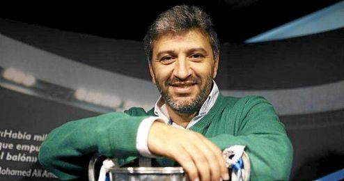 Nayim posando con la Recopa que conquist� con el Zaragoza.